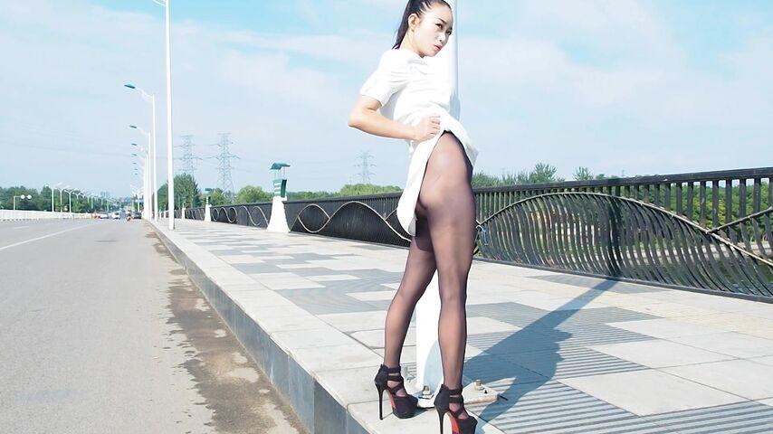 AISS爱丝钻石VIP享有人来人往户外大街上露点拍摄高挑美女模特被电动三轮车的大叔回头看了套图47P+视频1080P原版